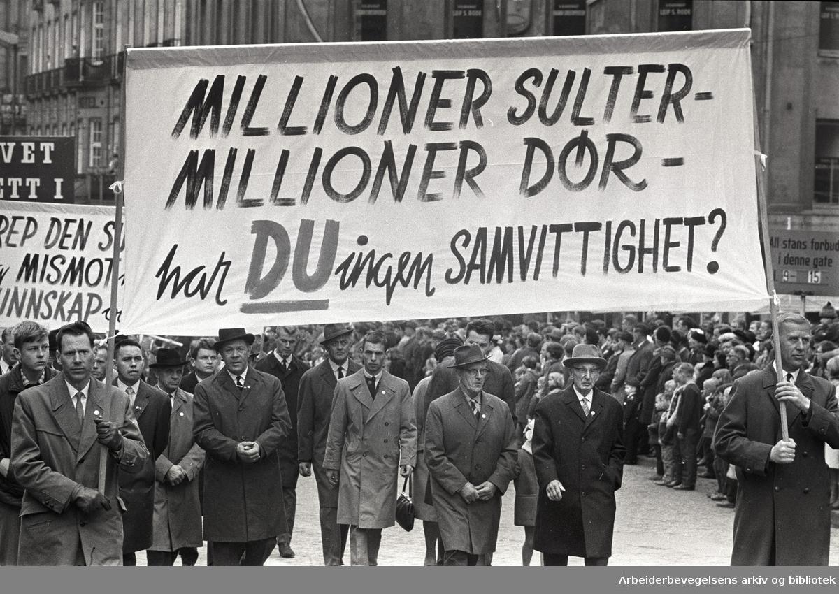 1. mai 1966 i Oslo.Demonstrasjonstoget i Karl Johans gate.Parole: Millioner sulter-.Millioner dør-.Har du ingen samvittighet?.