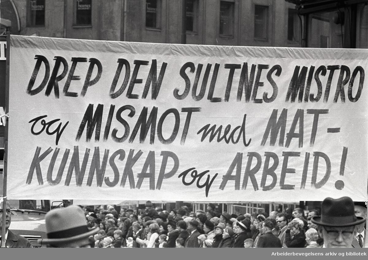 1. mai 1966 i Oslo.Demonstrasjonstoget i Karl Johans gate.Parole: Drep den sultnes mistro og mismot med mat- kunnskap og arbeid!