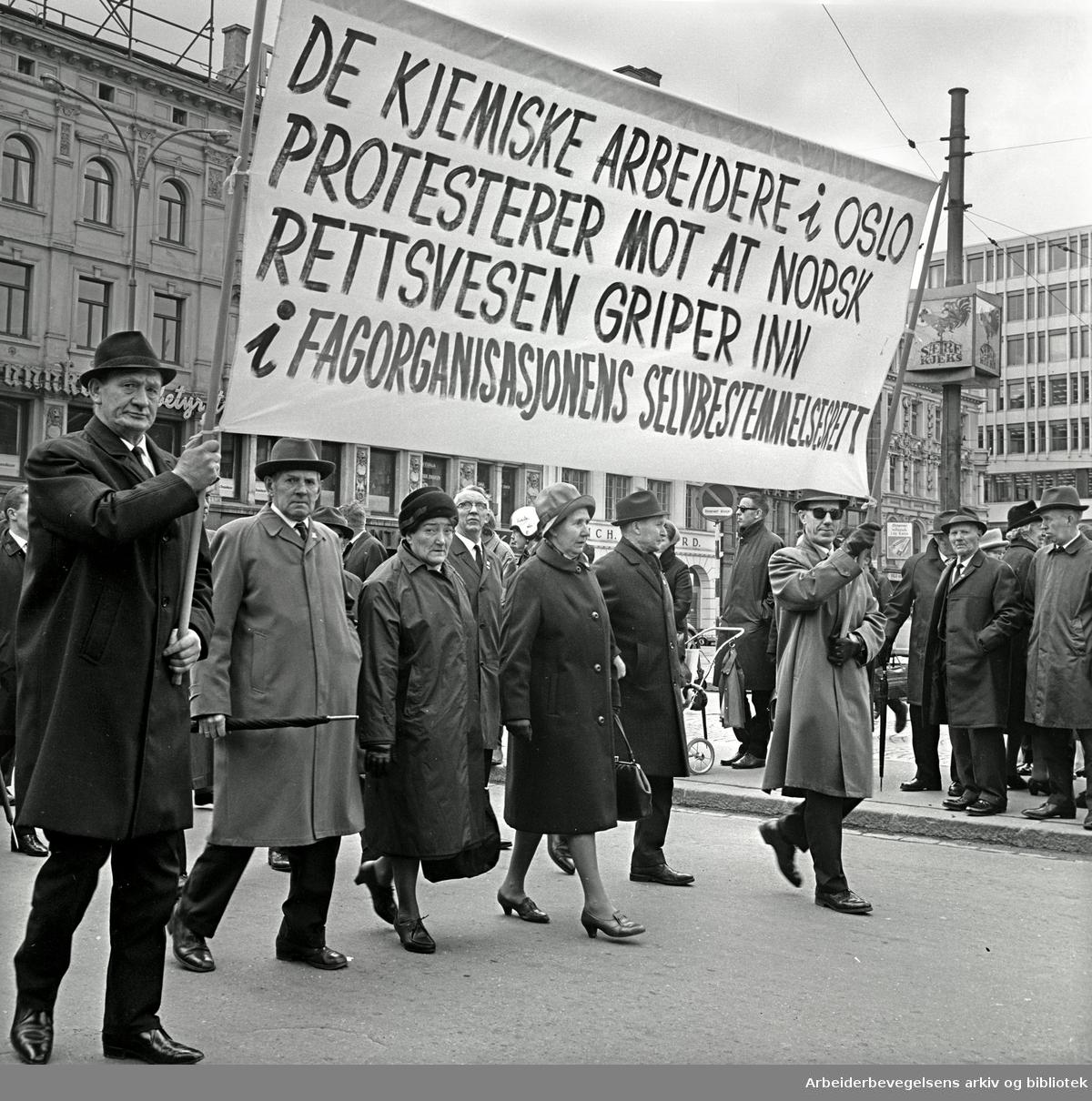 1. mai 1967 i Oslo.Demonstrasjonstoget.Parole: De kjemiske arbeidere i Oslo protesterer mot at norsk rettsvesen griper inn i fagorganisasjonens selvbestemmelsesrett