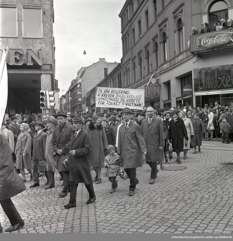 1. mai 1967 i Oslo.Demonstrasjonstoget.Parole: Til vår regjering: Vi krever øyeblikkelige handlinger til støtte for folket i Vietnam!.