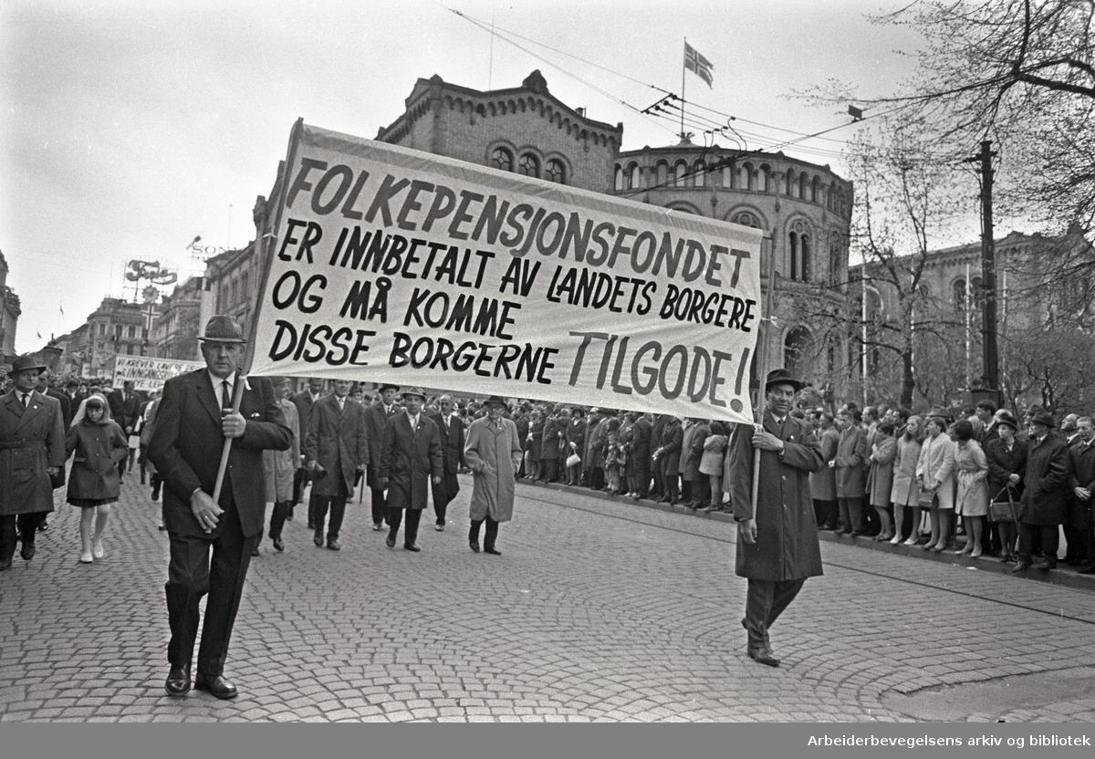 1. mai 1968 i Oslo.Demonstrasjonstoget i Karl Johans gate.Parole: Folkepensjonsfondet er innbetalt av landets borgere og må komme disse borgerne tilgode!.