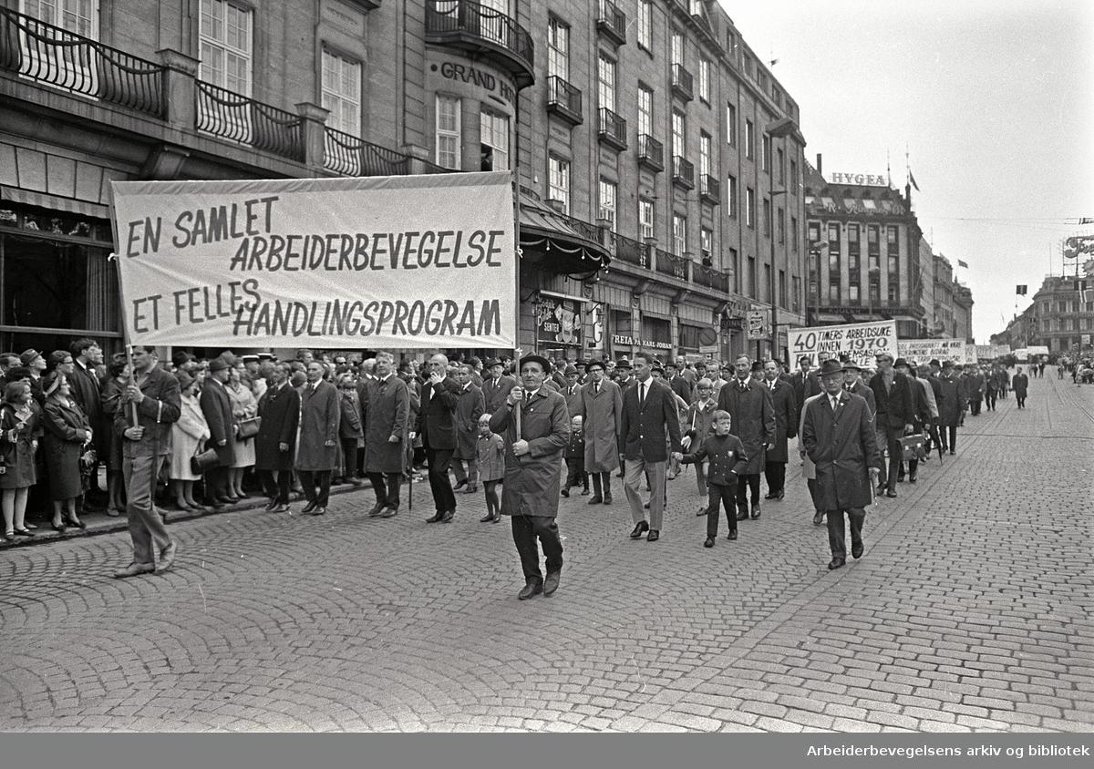 1. mai 1968 i Oslo.Demonstrasjonstoget i Karl Johans gate.Parole: En samlet arbeiderbevegelse.Et felles handlingsprogram.