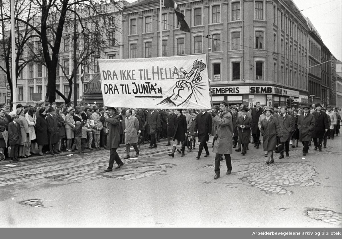 1. mai 1969 i Oslo.Demonstrasjonstoget i Torggata.Parole: Dra ikke til Hellas.Dra til Junta'n.