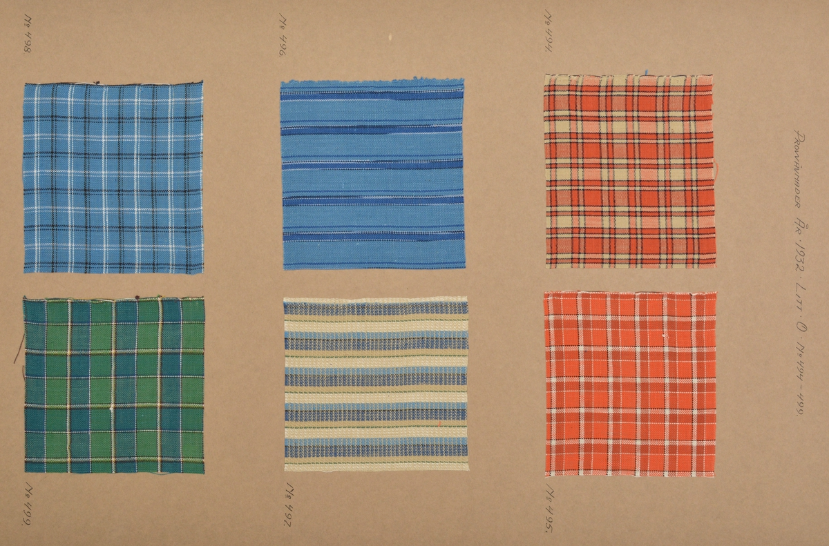 """Stor pappersmapp med lösa blad med påklistrade tygprover. Pärmarna är av en annan papperskvalité än papperna innuti. Pärmarna hålls ihop med ett par långa, handvävda band. Text på framsidan; """"Väfprofer År 1932""""."""