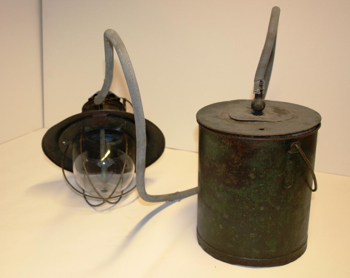 Gjenstanden består av to huvedobjekt, ein rund lampe med glas og ein rund tank med blikkbeholder inni til karbid. Ein gummislange skal gå mellom tank og lampe.