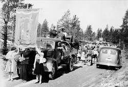 17. mai ca. 1959 i Bakkvegen. Lastebilen tilhørte Iver Sæthe
