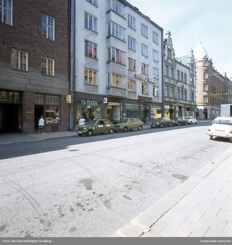 Fasader i Stenstaden, Storgatan 5-7. TV-teknik, Stig Bergström, elaffär, kappor, resebyrå.