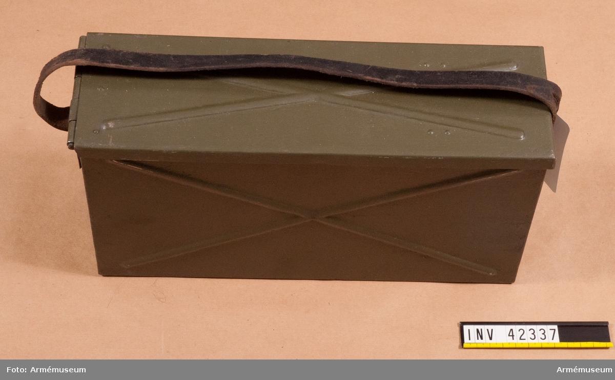 .Grupp E IV. Bandlåda till dubbel kulspruta m/1936 för luftvärn. Till kulsprutan finns lavett, två pipor i fodral, vattenlåda, reservdelslåda, riktmedel i låda, två ångslangar, sex bandlådor, två bärband, två stödremmar för bandlåda och kapell.