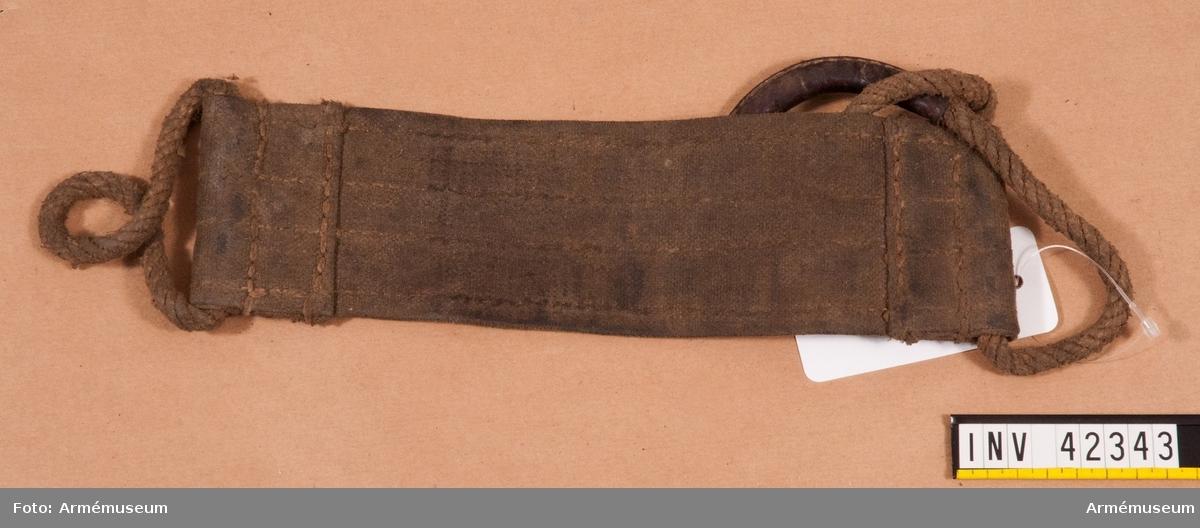 Grupp E IV. Bärband till dubbel kulspruta m/1936 för luftvärn. Till kulsprutan finns lavett, två pipor i fodral, vattenlåda, reservdelslåda, riktmedel i låda, två ångslangar, sex bandlådor, två bärband, två stödremmar för bandlåda och kapell.