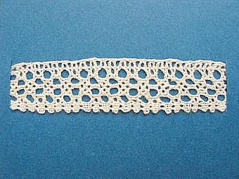 Blått kartongark med fyra stycken prover på skånsk knyppling från Gärds härad. Vid varje prov står en stor bokstav. A. 7 x 1,7 cm, knypplad med 12 par pinnar B. 13 x 2,2 cm, knypplad med 15 par pinnar C. 13 x 1,8 cm, knypplad med 15 par pinnar D. 13 x 1,5 cm, knypplad med 12 par pinnar