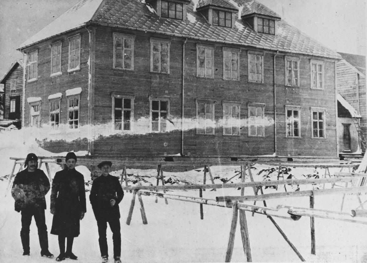 Berlevåg skole 1914. Skolen ble brent 1944. Personene er Hjalmar Endresen, Edvard Fjærtoft, Margido Daldorf.