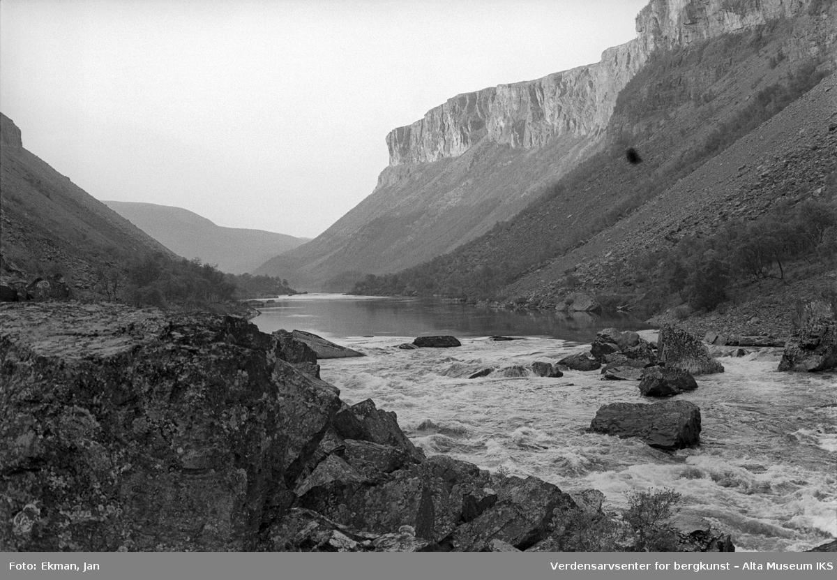 Landskap uten personer. Fotografert 1974. Fotoserie: Laksefiske i Altaelva i perioden 1970-1988 (av Jan Ekman).