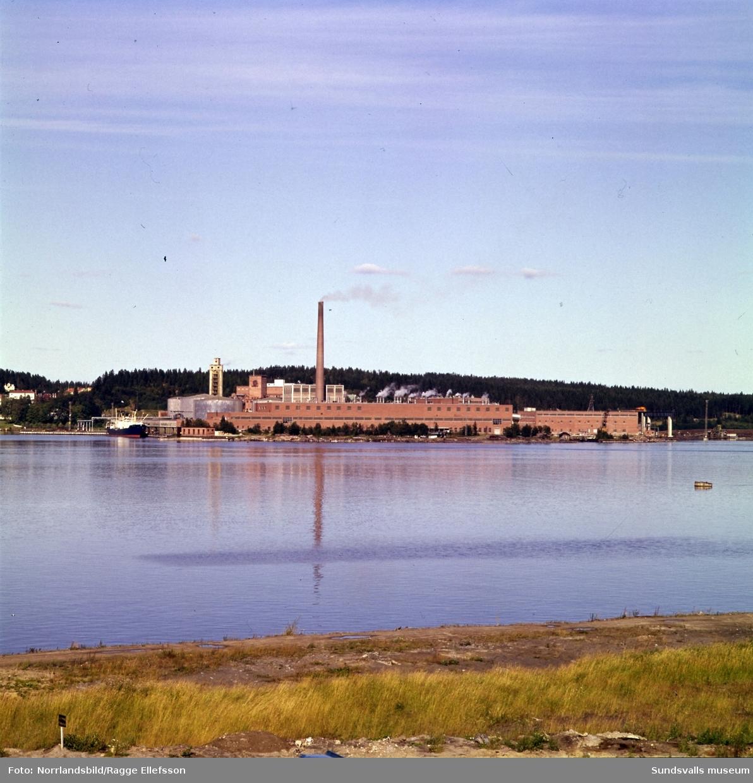 Ortvikens pappersfabrik fotograferad från andra sidan vattnet.