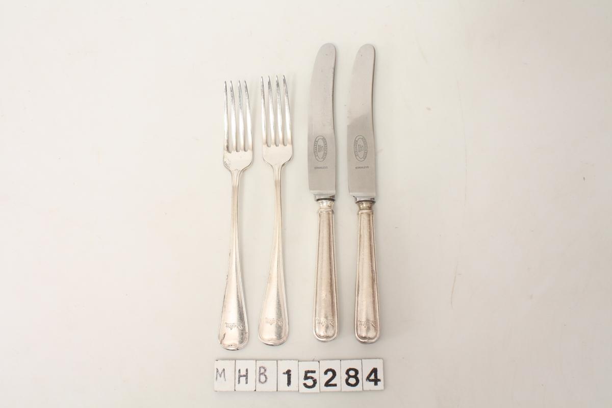 Bestikk med to sett av kniv og gaffel.