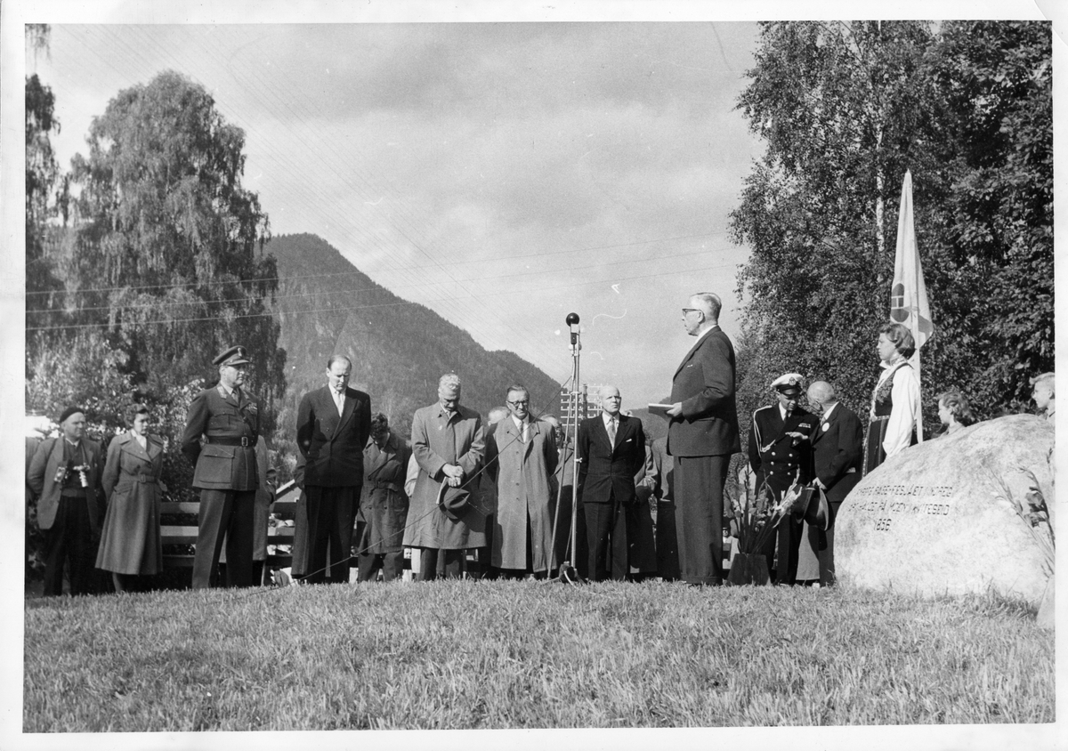 Avduking av minnesteinen i Kviteseid, ordførar fylkesmann Bergsvik.