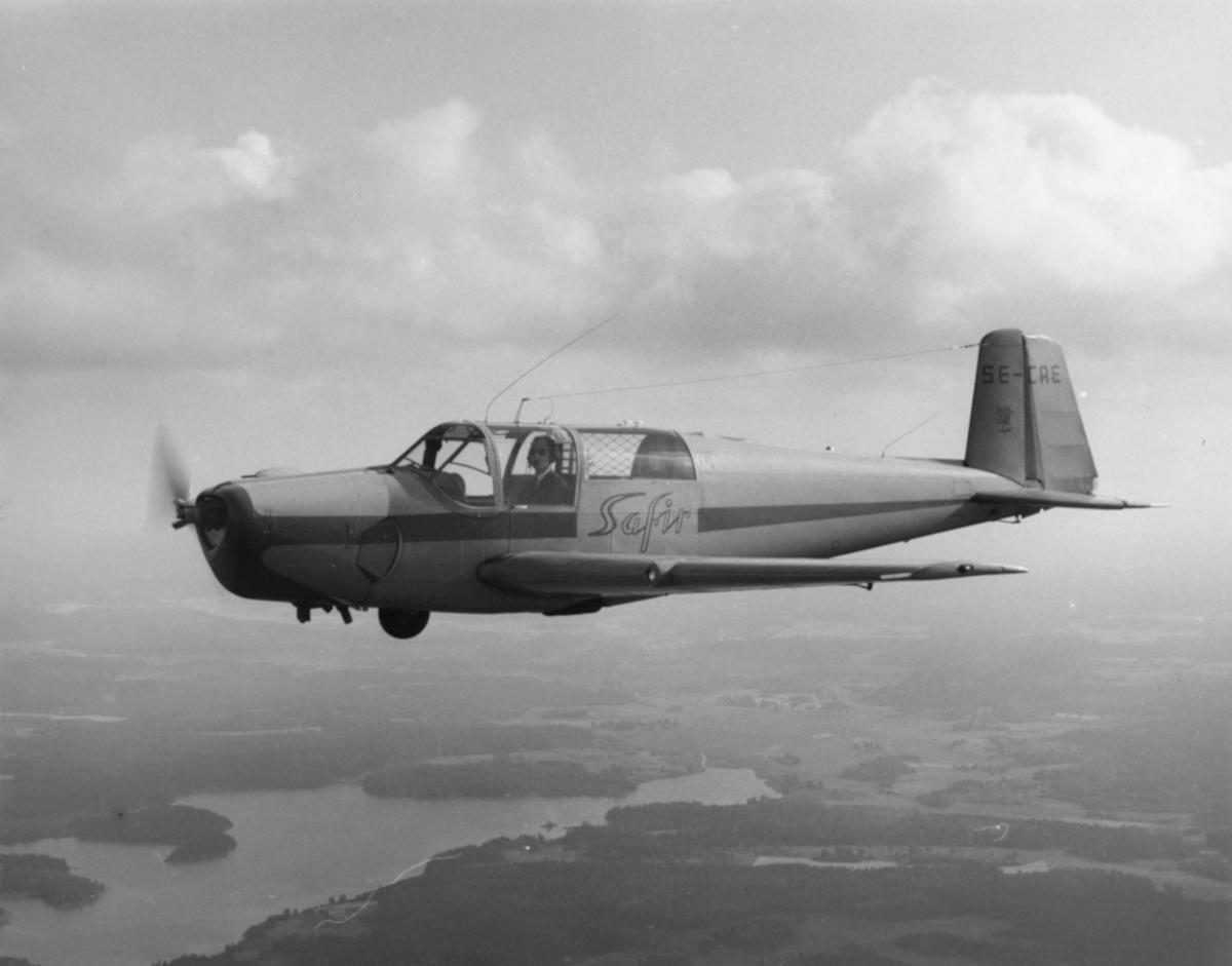 Flygplan Saab Safir SE-CAE i luften.