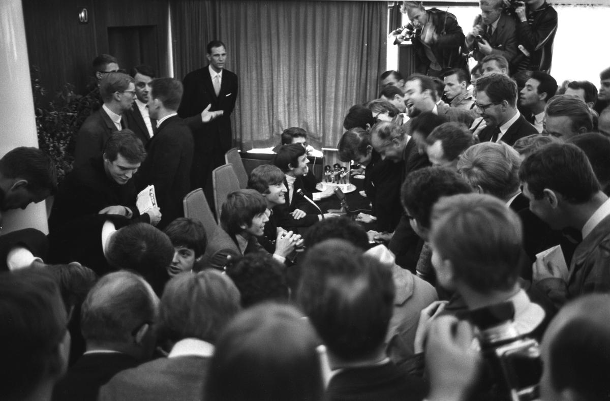 Det engelske bandet The Beatles skal ha konsert i København. Pressekonferanse med popgruppas medlemmer. Her sitter fra venstre Paul McCartney, George Harrison, John Lennon og Jimmy Nicol og svarer på spørsmål fra pressefolkene.