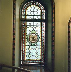 En stor grupp bilder på de vackra dekormålade fönstren i tra