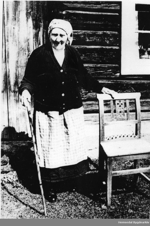 Margit Snerthe Fekene (1866-1961) på garden søre Fekene, 70.3, i Hemsedal i 1956.