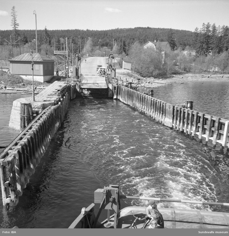 Bilder på Alnöfärjan när den går mellan Fillans och Alnös färjelägen.