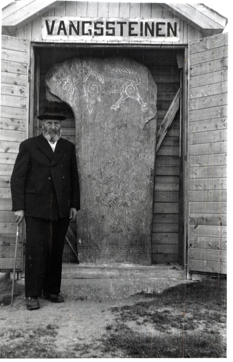 """Mann stående ved siden av """"Vangssteinen"""""""