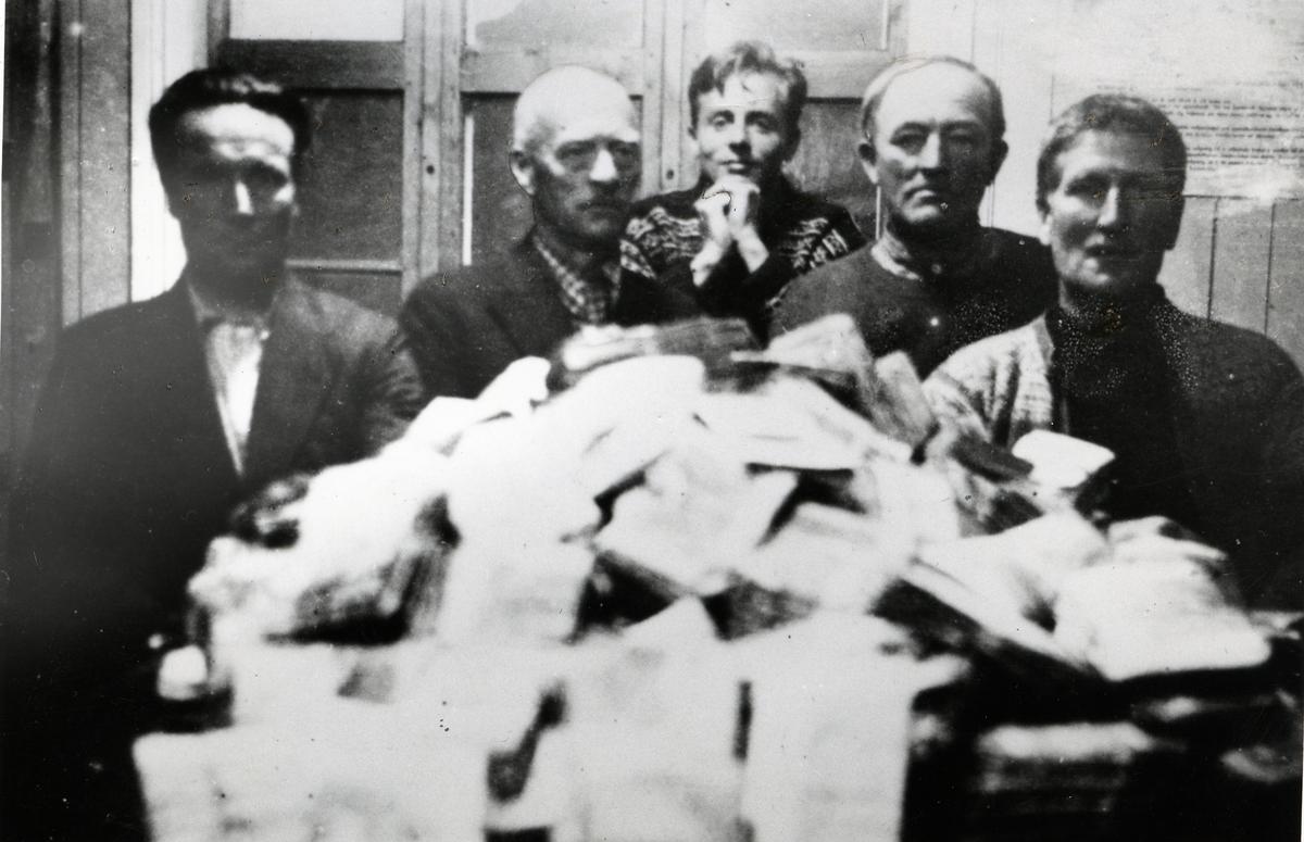 Fra pengeinnvekslinga i Vang sparebank i 1945. Kr. 1 287 535 ligger på bordet, i gamle sedler.