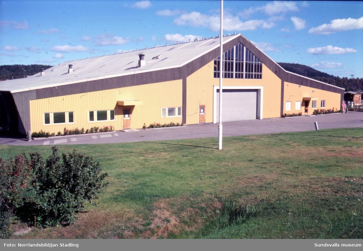 Industrifastighet vid Bergsgatan (E14). Dåvarande Alcro Färg väster om nedfarten Tegelvägen.