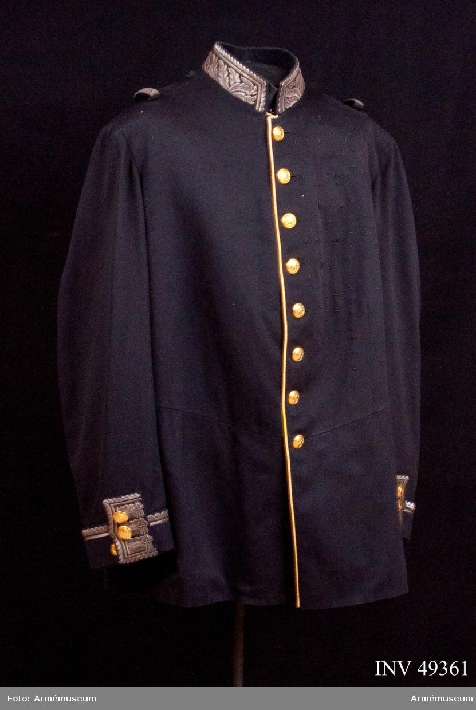 Grupp C I. Vapenrock m/1845, enl. Generalorder 30/1 1845. Ur paraduniform för general vid generalitetet. Består av  vapenrock, epåletter, långbyxor, hatt med plym, stövlar,  sporrar, skärp, sabelkoppel, sabelhandrem. Buren av Oscar II.