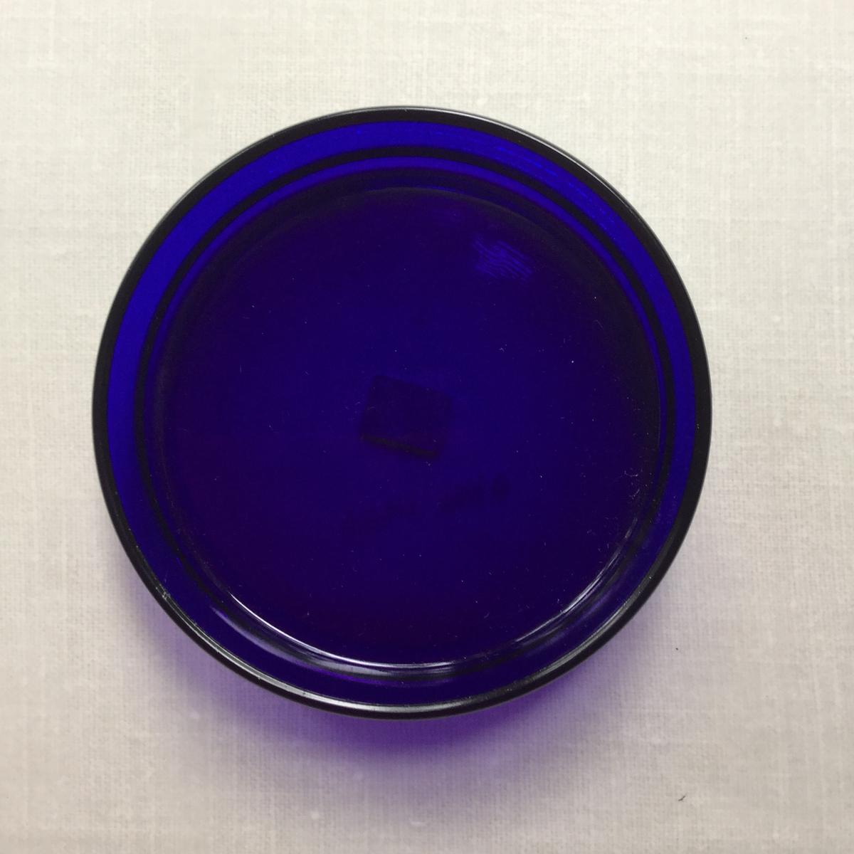 Fat i blått glas.