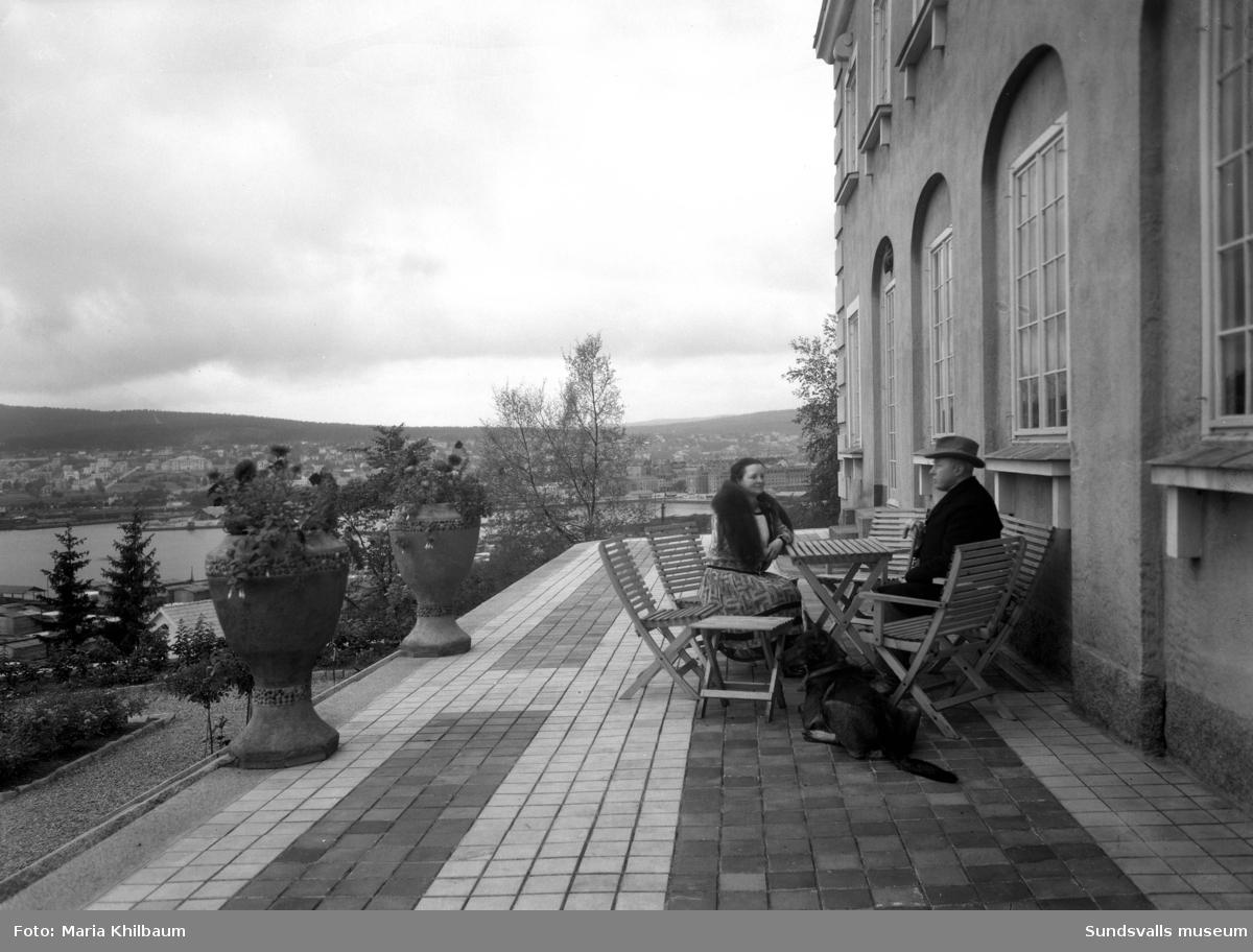 """Förvaltare Leonard Wallerstedt med fru Thora sitter på altanen till """"Haga slott"""" (Villa Wallerstedt)."""