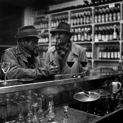 Paris. Två män vid bardisk.