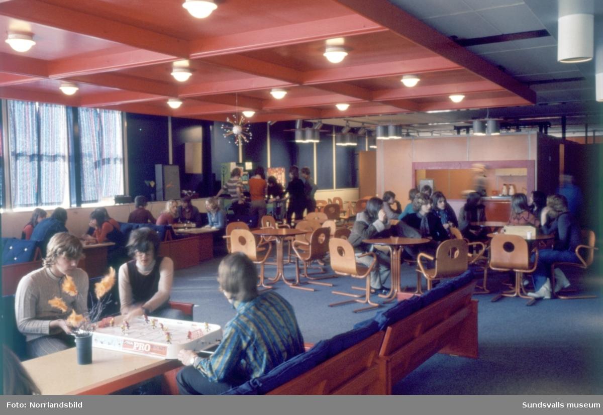 Interiörbilder från Nacksta högstadieskola. Elever i klassrum, bibliotek, matsal, korridorer, kapprum och uppehållsrum.