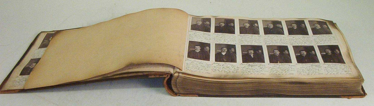 Innbundet forbryteralbum med 953 bilder. Bildene nummerert fra 6698 til 7651.