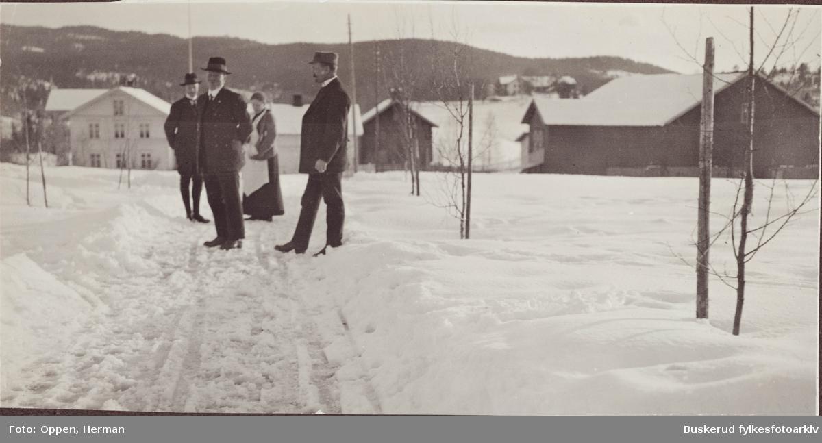 Øvre  Lundesgaard på Sokna f.v. J. Hveem fra Ø. Toten, Hans E. Rognerud f. 1898 Ø. Toten Helga Oppen f. 1872 Ø.Toten mor til Herman Oppen D. Grimstad