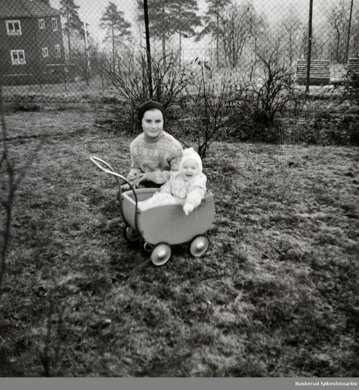 Mor med barn Barnevogn 1950-tallet