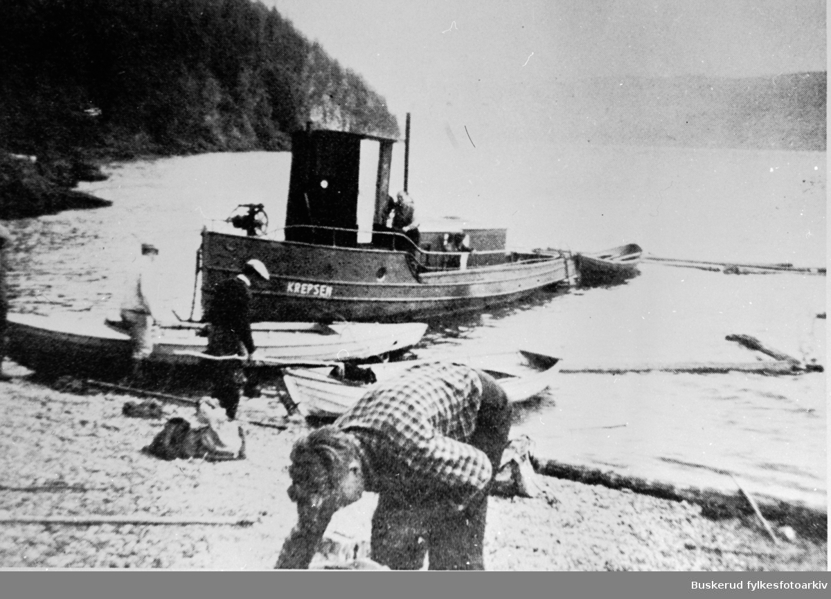 Tyrifjorden  Krepsen. Parafinmotor. Ble kallt blekktromma Brukt som tømmerbåt som fraktet tømmer fra Storelvas utløp over Tyrifjorden til Vikersund for så å fløtes gjennoim Drammensvassdraget