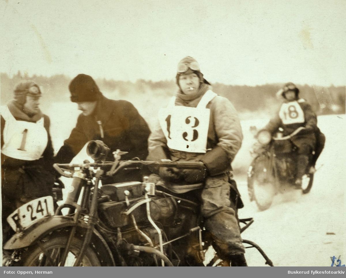 Vinterlig motorsykkeløp i 1923 på Gjersjøen R. Kiserud, G. Skau, Herman Oppen og S. Mortensen Kjennetegn F-241