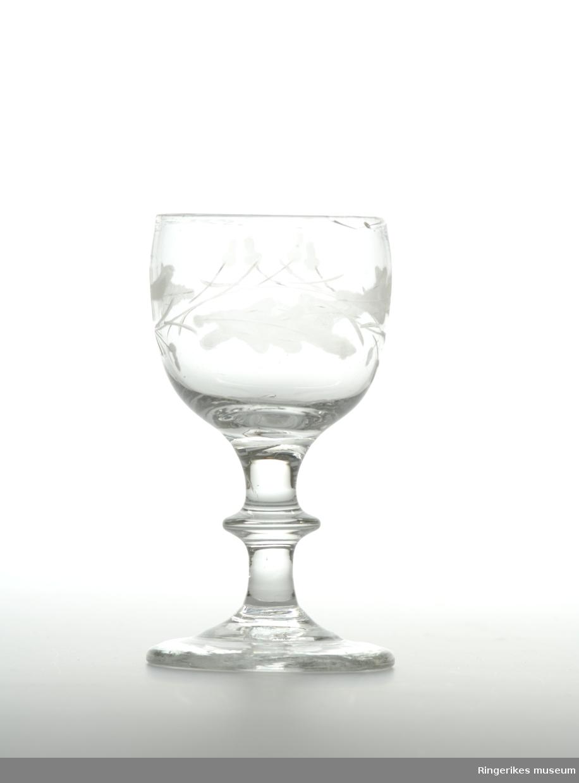 Stettglass med slipt dekor (bladdekor rundt