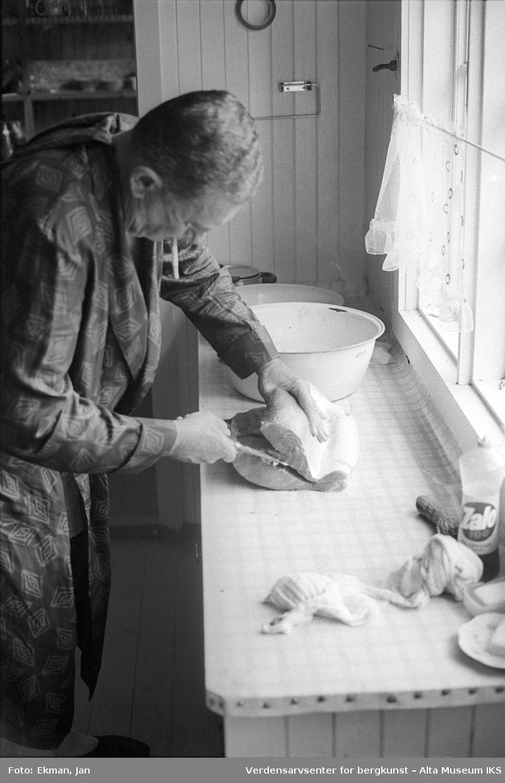Hytteinteriør med personer. Fotografert 1974. Fotoserie: Laksefiske i Altaelva i perioden 1970-1988 (av Jan Ekman).