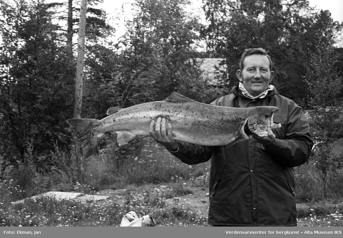 Fangst med personer. Fotografert 1971. Fotografert 1974. Fotoserie: Laksefiske i Altaelva i perioden 1970-1988 (av Jan Ekman).