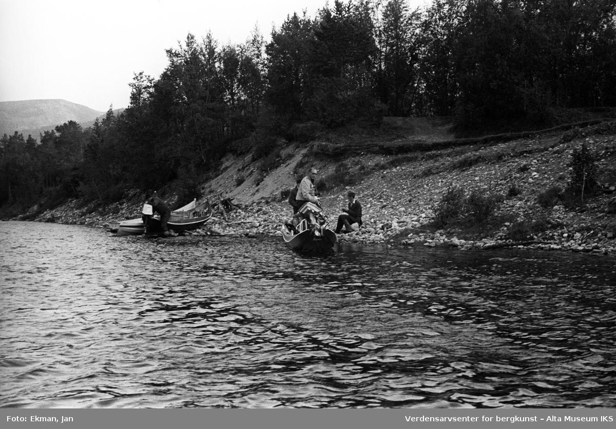 Elvebåt i landskap. Fotografert 1970. Fotoserie: Laksefiske i Altaelva i perioden 1970-1988 (av Jan Ekman).