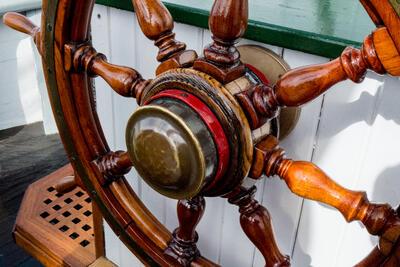 Skipsratt av tre, brunt med røde detaljer.. Foto/Photo