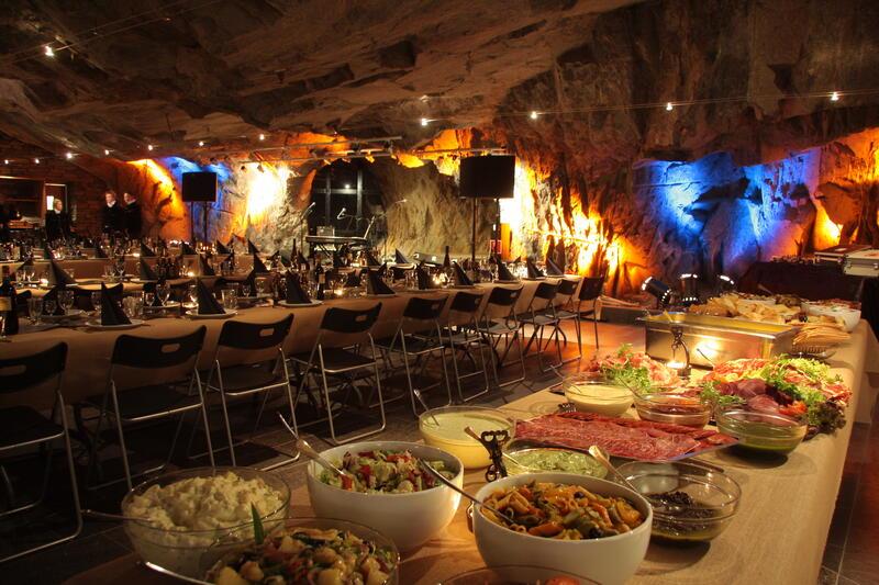 Festsalen er dekket klar for mat og drikke. (Foto/Photo)