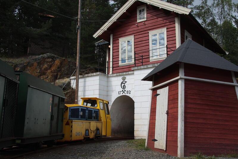 Gruvetoget på vei inn i gruva (Foto/Photo)