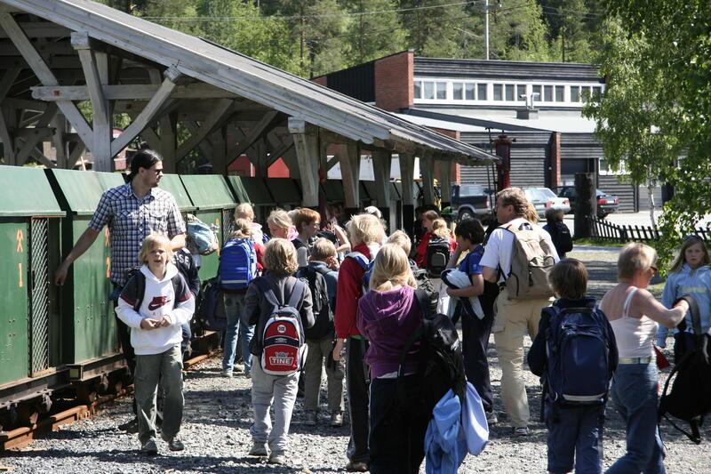 Publikum kommer ut av togvognene (Foto/Photo)