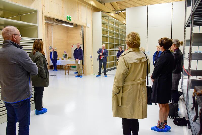 Politikere og styremedlemmer blir ønsket velkommen av direktør Arne Julsrud Berg. En milepæl er nådd. (Foto/Photo)