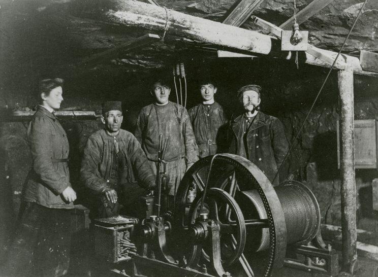 Elektrisk gruveheis i 295 meters dybde, foto Mimi Johnson 1912 (Norsk Bergverksmuseum). Bildet er trolig tatt med selvutløser i forbindelse med hennes diplomoppgave som Norges første kvinnelige geolog, utdannet som cand. min. ved Universitetet i Oslo. (Foto/Photo)