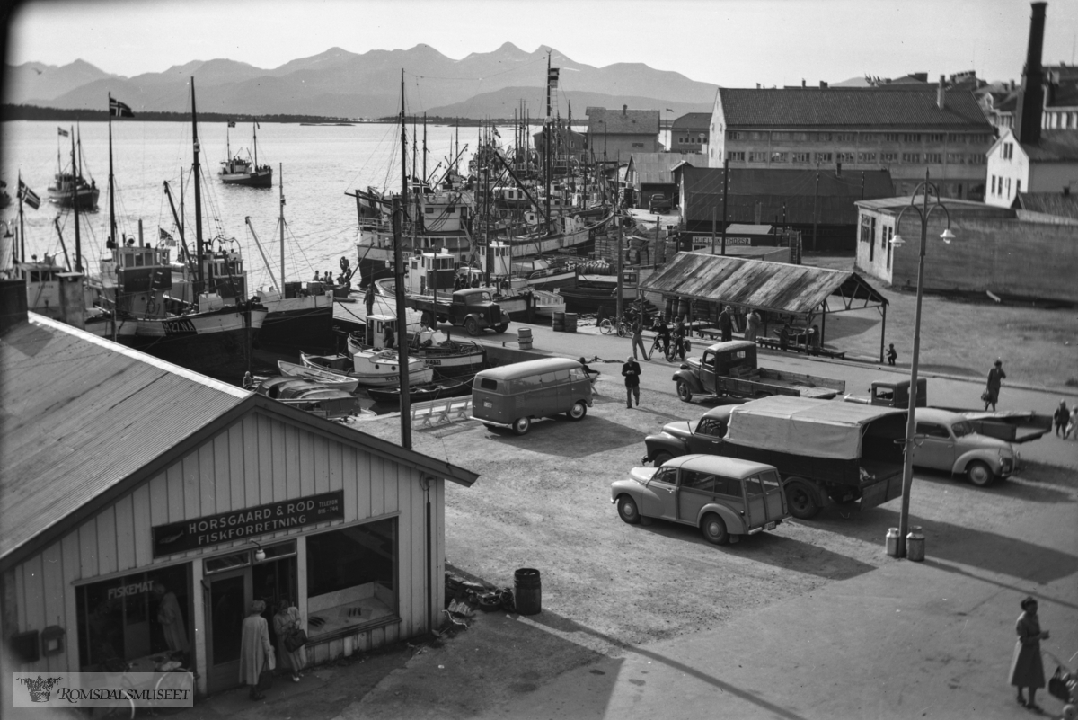 Horsgaard & Rød fiskforretning. I 1959 er det Olav Brakstad, Legrovik som eier Volkswagen med reg nr T-3150.
