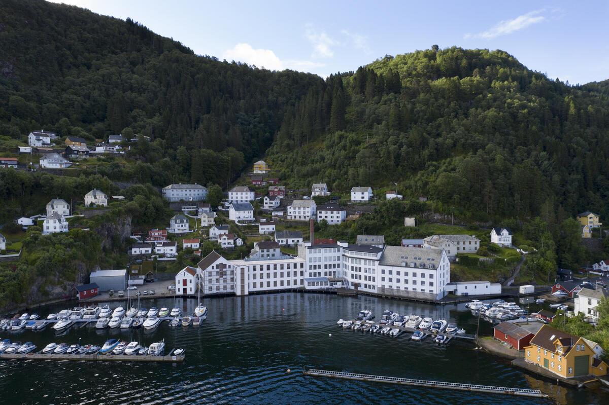 Bygda Salhus utanfor Bergen, med den tidlegare tekstilfabrikken Salhus Tricotagefabrik. (Foto/Photo)
