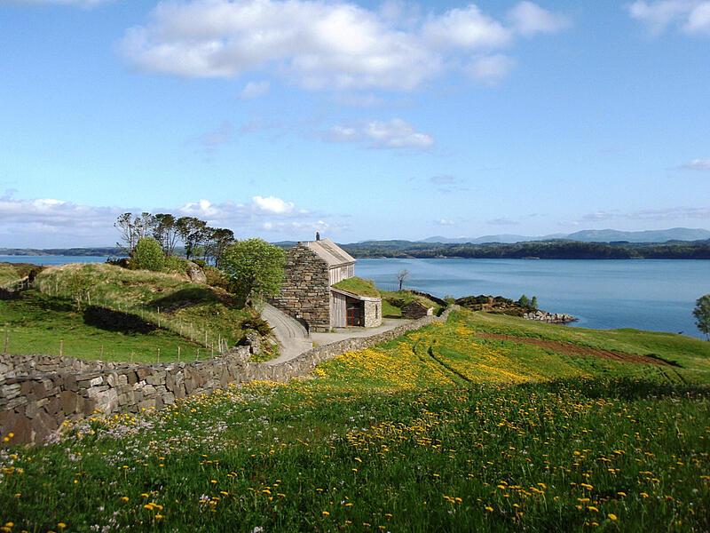 Lyngheisenteret på Lygra og landskapet rundt med blomeeng. Foto (Foto/Photo)